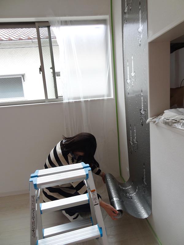 対面キッチン壁に柄物の輸入壁紙を貼る