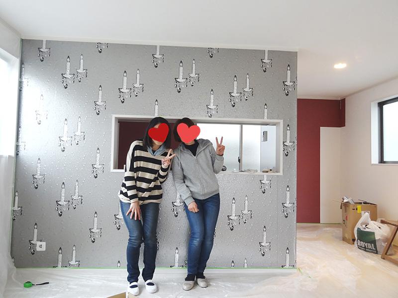 対面キッチンの壁紙貼り完成!