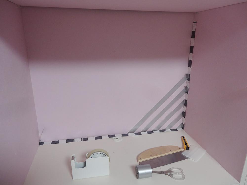 マスキングテープを貼ってストライプ柄を作る