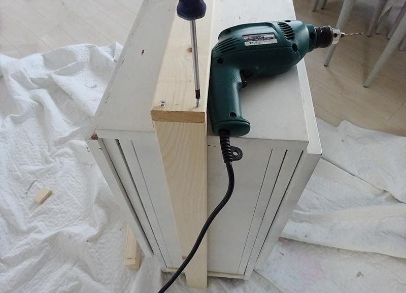 木材の組み立て 電動ドリルとドライバー
