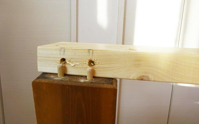 ダボでベッド脚と2×4材を繋ぐ