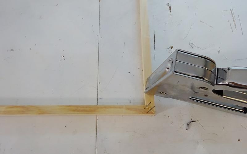 ガンタッカーで木枠を繋ぐ