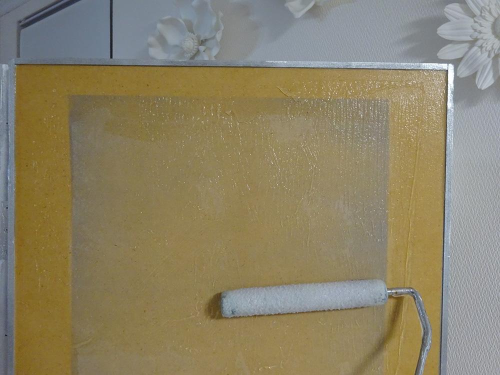 フレスコ糊をローラーで塗る