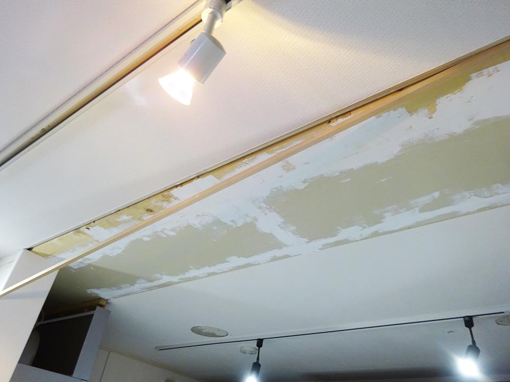 天井の穴を角材でふさぐ